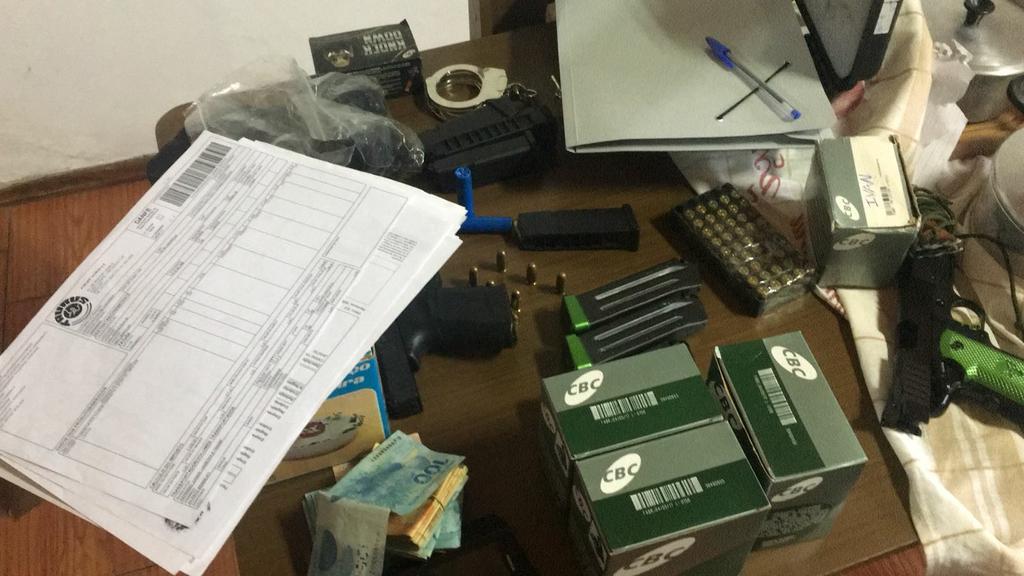 Armas e munições encontradas na casa de um dos empresários investigados
