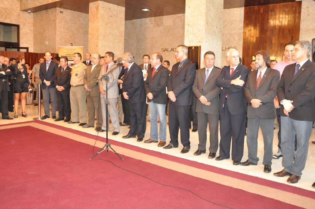 Autoridades e Parlamentares durante ato que instalou comissões sobre a tragédia de Santa Maria